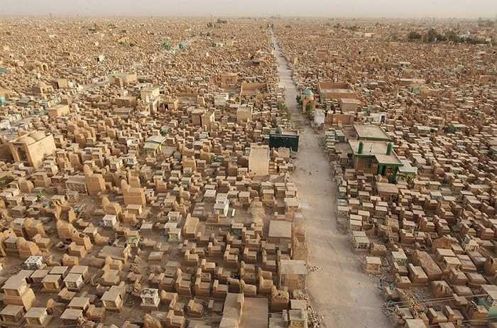 3. Nghĩa trang rộng lớn và lâu đời nhất Najaf, Iraq. Người ta bắt đầu sử dụng nghĩa trang này trong suốt 1.400 năm qua. Đây là nơi an nghỉ của hàng triệu người và người dân Najaf tin rằng việc sống cạnh nghĩa trang rộng lớn này mang lại cuộc sống yên bình cho họ
