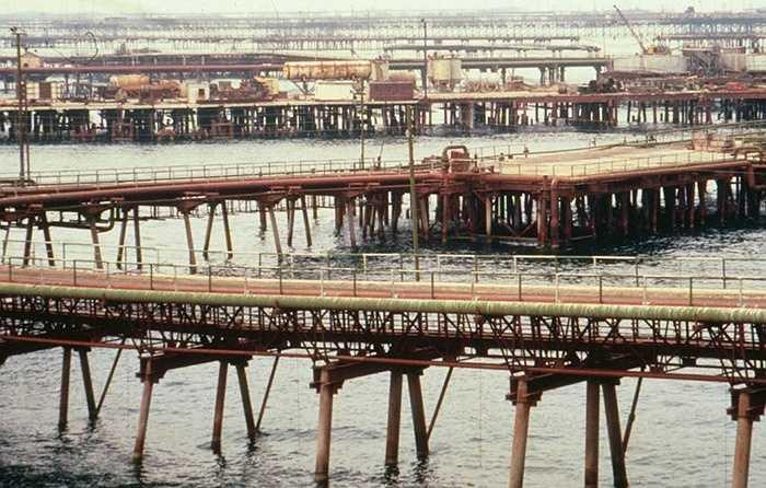 2. Neft Daslari, Azerbaijan. Thị trấn đặc biệt này được xây dựng trên các dàn khoan dầu trên biển Caspian. Người dân tại đây chủ yếu sống và làm việc trong ngành công nghiệp khai thác dầu mỏ và đến khi dầu sắp cạn kiệt, số phận của người dân sẽ trở nên bấp bênh