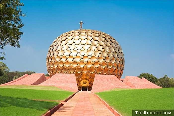 """1. Auroville, Ấn Độ. Auroville là một thành phố của sự yên bình. Người dân ở đây sống với nhau vô cùng hòa hợp. Biểu tượng của Auroville là một ngôi đền lớn có tên Matrimandir với mái vòm được phủ đầy các đĩa vàng. Nơi đây được mệnh danh là """"thành phố của bình minh"""""""