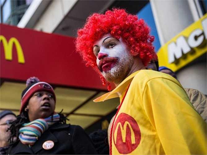 9. McDonald's. Vị trí năm ngoái: 5, giá trị hiện tại: 81 tỷ USD. Một năm bản lề với rất nhiều sự thử nghiệm của gã khổng lồ fast food McDonald's và hệ quả là giá trị của họ đã giảm đi 5% so với năm 2014