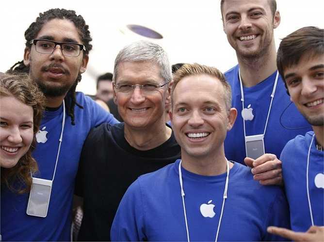 1. Apple. Vị trí năm ngoái: 2, giá trị hiện tại: 247 tỷ USD. Chẳng cần phải nói nhiều về thành công ủa Apple trong năm qua, chỉ cần nhìn vào số lợi nhuận ròng 18 tỷ USD mà iPhone 6 mang về trong quý vừa qua cho Apple là đủ để thấy sự lớn mạnh của họ