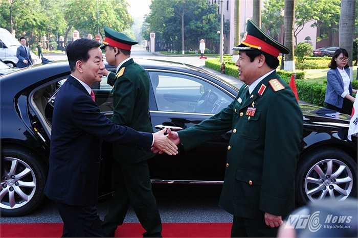 Đại tướng Phùng Quang Thanh đón Bộ trưởng Quốc phòng Hàn Quốc Han Min Koo tại trụ sở Bộ Quốc phòng Việt Nam sáng 28/5