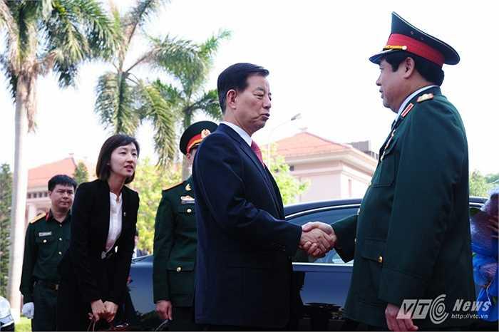 Hai Bộ trưởng bắt tay, nói chuyện thân mật ngay khi gặp mặt