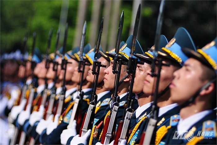 Các tiêu binh trong đội danh dự tại lễ đón Bộ trưởng Quốc phòng Hàn Quốc Han Min Koo (Tùng Đinh/Thực hiện)