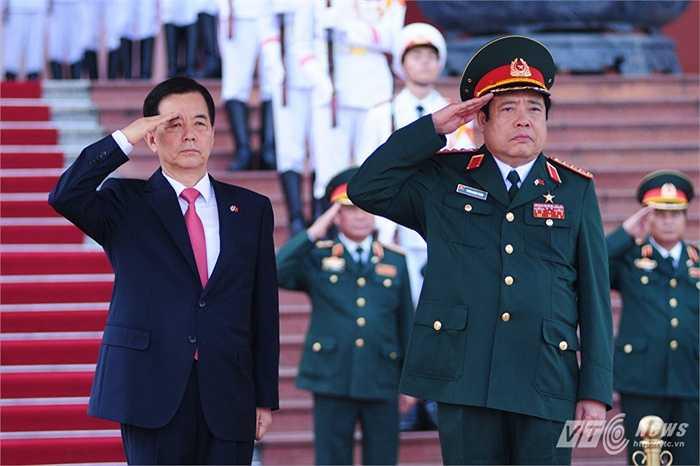 Hai bộ trưởng Quốc phòng Việt Nam - Hàn Quốc làm lễ chào cờ