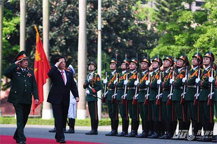 Bộ trưởng Han Min Koo và Đại tướng Phùng Quang Thanh duyệt đội danh dự Quân đội nhân dân Việt Nam