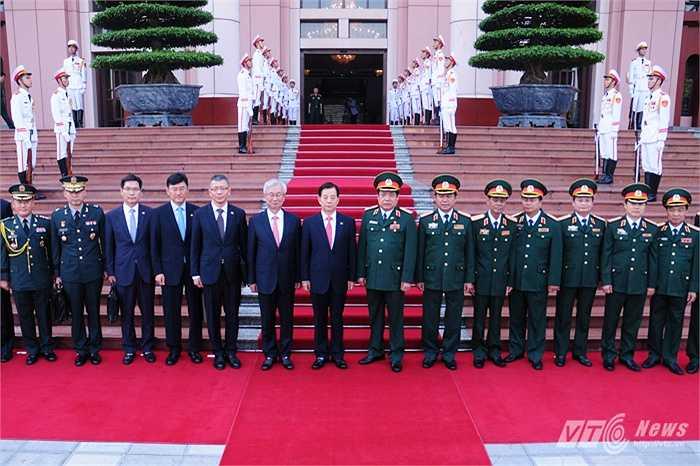 Hai đoàn đại biểu quân đội Việt Nam - Hàn Quốc chụp ảnh lưu niệm