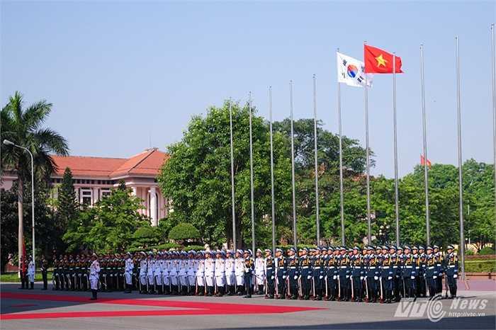 Đội danh dự Quân đội nhân dân Việt Nam chuẩn bị cho lễ đón Bộ trưởng Quốc phòng Hàn Quốc Han Min Koo