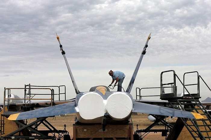 Nhân viên chăm sóc cho chiếc Blue Angel F-18 của Hải quân đã nghỉ hưu
