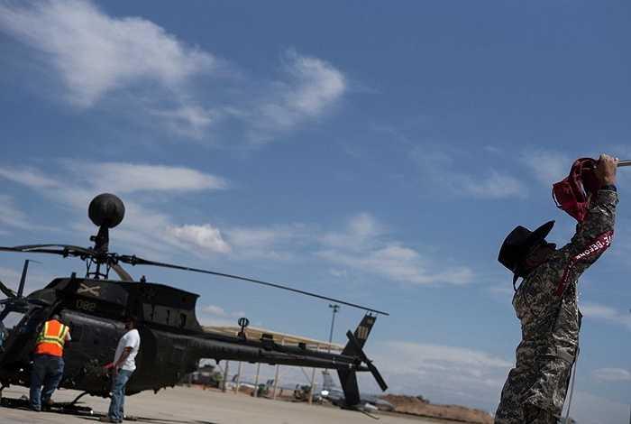 Các binh sĩ sửa chữa động cơ của trực thăng Bell OH-58 Kiowa