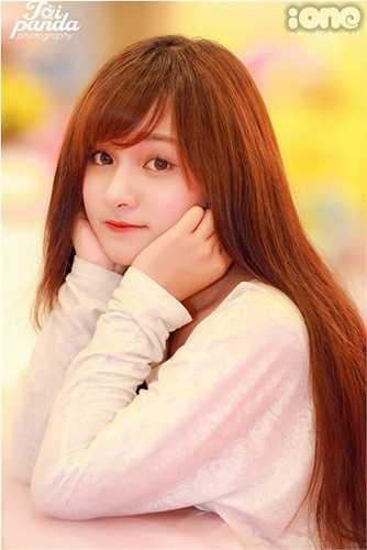 Cao Ngọc Phương Anh (sinh năm 1995) là sinh viên năm 2 khoa Quản trị kinh doanh, ĐH Quốc tế. Sở hữu vẻ đẹp ngọt ngào như kẹo sữa, Phương Anh được nhiều người mến mộ.