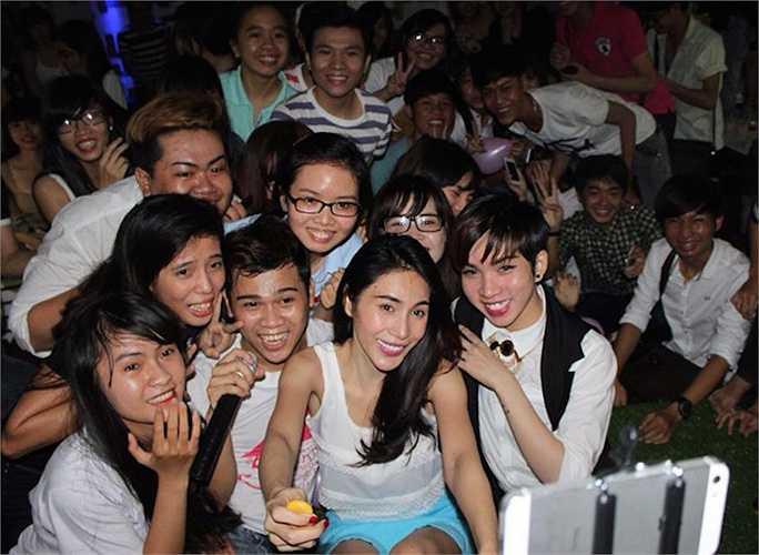 Với nữ ca sỹ, hạnh phúc còn là khi được ở bên cạnh người hâm mộ trong những buổi họp fan.