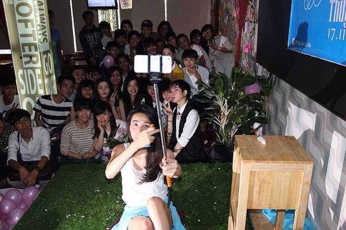 Thủy Tiên cùng các bạn trẻ chụp ảnh selfie rất rạng rỡ.