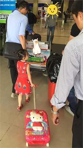 Mới đây nhất, ngày 26.5, Thủy Tiên bất ngờ chia sẻ hình ảnh Công Vinh dắt bé Bánh Gạo cùng lời bình hóm hỉnh 'Bố ơi… Mình đi đâu thế?'.