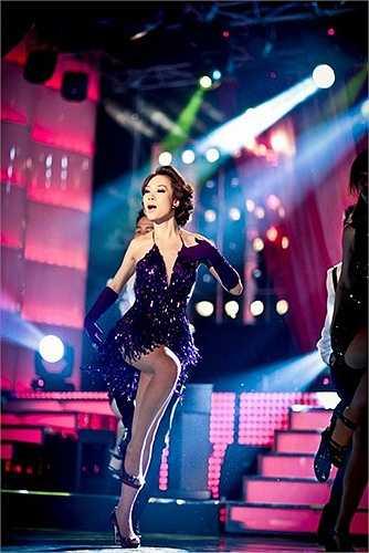 Bộ váy đã khoe khéo bầu ngực đầy cùng đôi chân thon quyến rũ của nữ ca sĩ