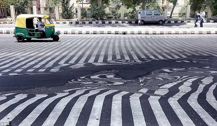 Nắng nóng 45 độ C khiến mặt đường ở New Delhi, Ấn Độ tan chảy