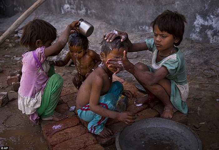 Những đứa trẻ chăm sóc nhau trong nắng nóng