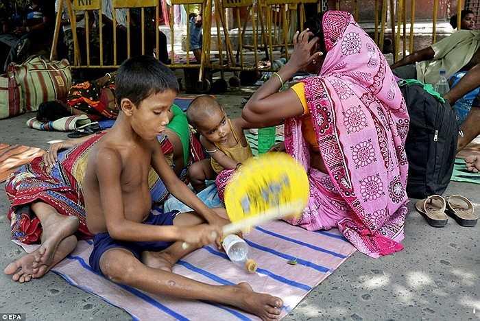 Một gia đình ở Calcutta, Ấn Độ chờ đợi để được điều trị y tế