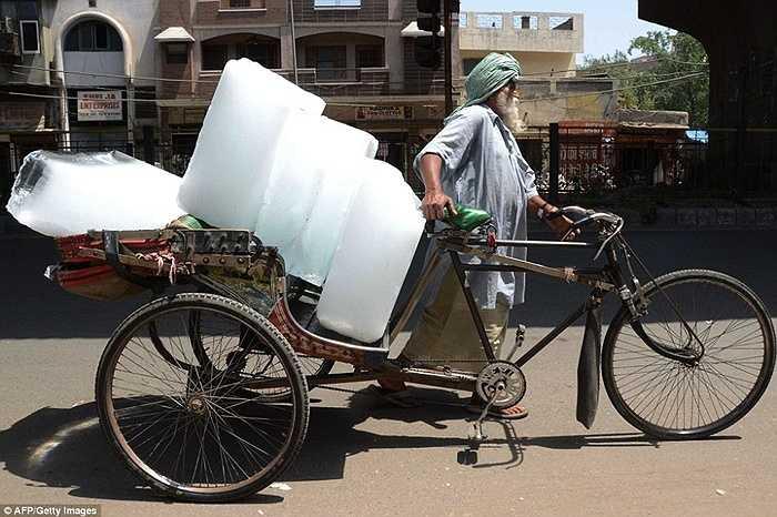 Đá là mặt hàng bán rất chạy những ngày qua ở Ấn Độ