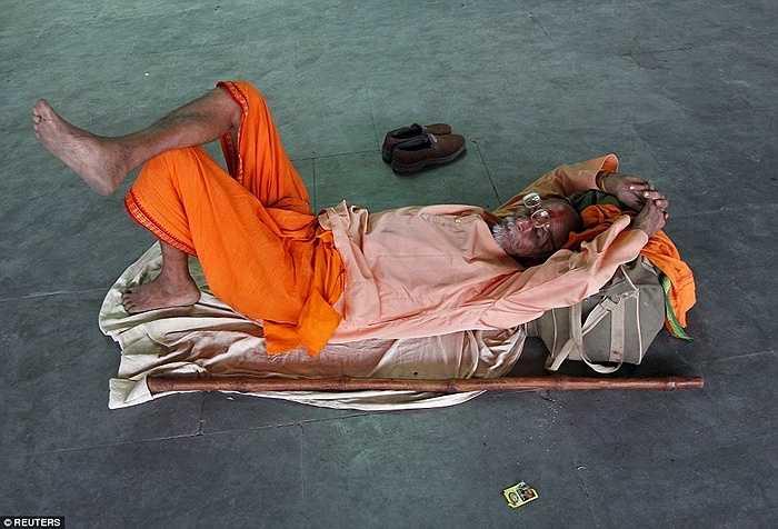Một người đàn ông theo đạo Hindu nằm tránh nóng, hơn 1.000 người Ấn Độ đã thiệt mạng trong đợt nóng