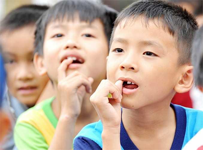 Ngoài ra, khi 85% trẻ em ở các trường tiểu học thành thị biết cách chăm sóc, vệ sinh răng miệng đúng cách thì 60% trẻ em nông thôn không biết cách vệ sinh răng miệng và hầu như chưa bao giờ chải răng vào buổi tối.