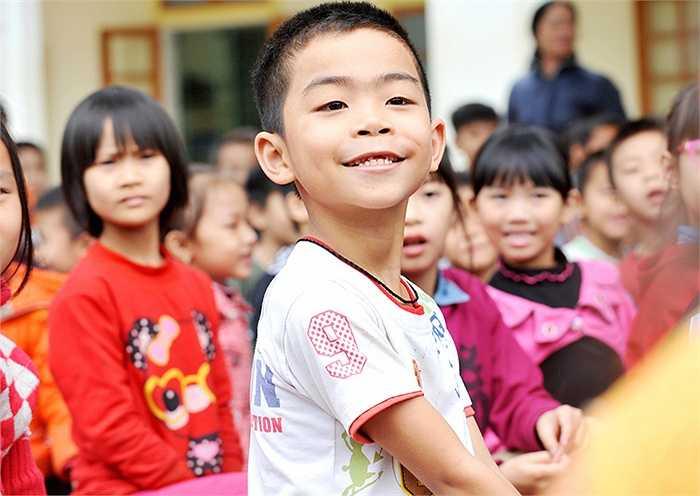 Chương trình cũng gửi tặng kem đánh răng - bàn chải và tổ chức khám chữa răng miễn phí cho hơn 500.000 em học sinh tiểu học trên cả nước trong năm nay.