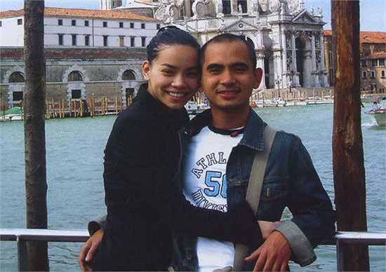 Qua sự giới thiệu của nhạc sĩ Huy Tuấn, cả hai đã có dịp quen nhau và nảy sinh tình cảm trong quá trình thực hiện album 24 giờ 7 ngày vào năm 2004.