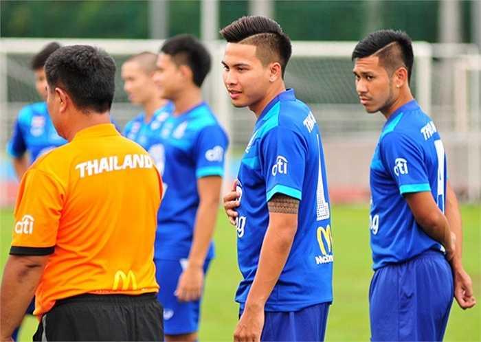 Có mặt ở Singapore từ trưa 26/5, U23 Thái Lan có buổi tập thứ hai trên sân cỏ trường Đại học Bách khoa Nanyang chiều qua 27/5. Trên sân, các cầu thủ trẻ Thái Lan khoe kiểu đầu cắt tỉa tỉ mỉ đầy phong cách.
