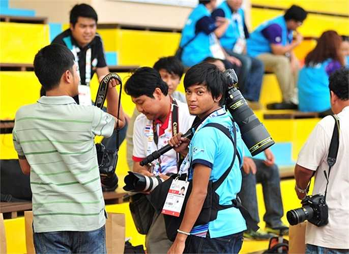 Một phóng viên Thái Lan cho biết họ tới để đưa tin về đội bóng và tài năng trẻ rất được mong đợi Chanathip. Cầu thủ khéo léo mệnh danh là Messi được kỳ vọng sẽ nâng tầm bóng đá Thái trong thời gian tới.