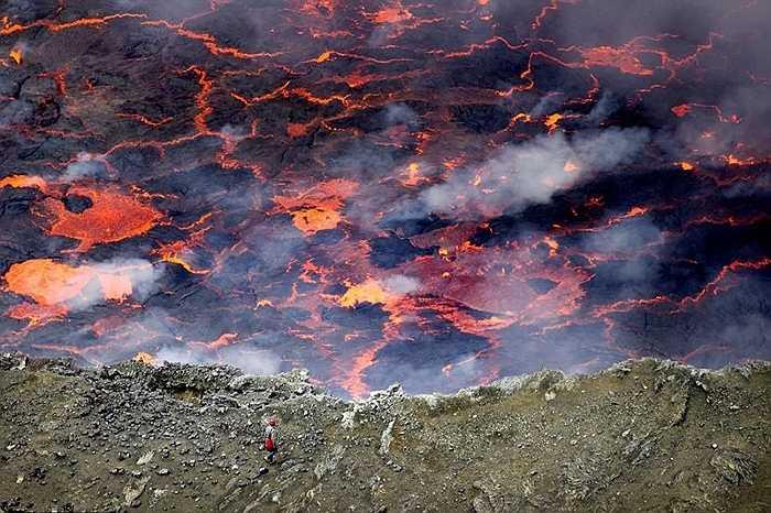 Khi núi lửa phun trào, mọi người thường chú ý từ xa. Nhưng thực tế, bên trong miệng núi lửa, những dòng dung nham đỏ rực, nóng chảy kinh hoàng