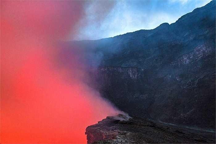 Nhà địa chất Francesco Pandolfo, chuyên nghiên cứu hoạt động núi lửa đã đi đến núi Nyiragongo để quan sát bên trong miệng núi lửa khi nó hoạt động