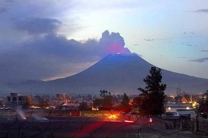 Nyiragongo là núi lửa nằm giữa hai quốc gia Congo và Rwanda ở châu Phi. Núi lửa này có hồ dung nham đứng trong 5 hồ dung nham lớn nhất thế giới