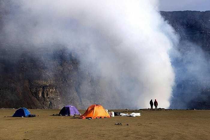 Francesco Pandolfo và đồng nghiệp đã dựng lều bên núi lửa để theo dõi mọi diễn biến, ghi lại các thông số