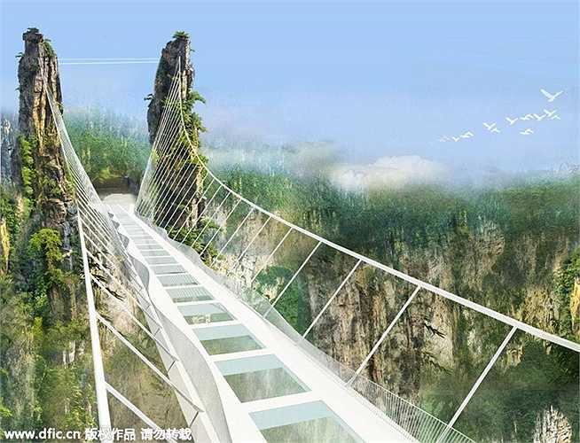 Ở chính giữa cầu, người ta còn lắp đặt một bệ lớn, dùng cho trò chơi mạo hiểm nhảy bungee.