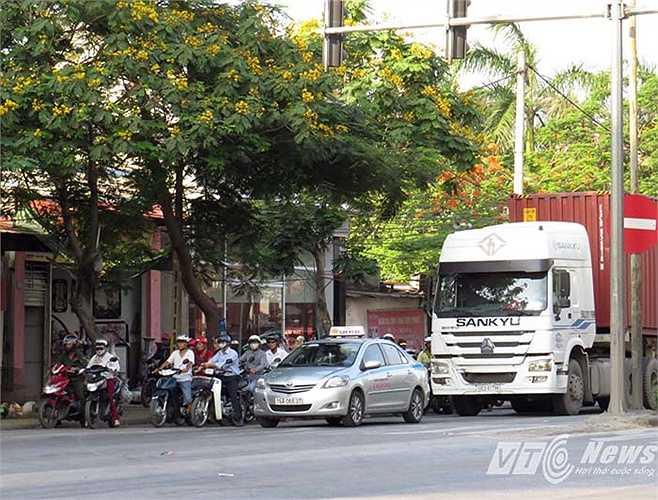 Ngã ba đường Nguyễn Bỉnh Khiêm (Quốc lộ 5) giao với đường Cầu Rào 2 được cho là điểm nóng về trật tự giao thông, nhất là vào giờ cao điểm.
