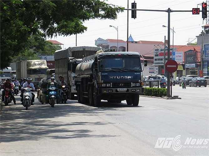 Cách đó chỉ hơn 1km là ngã ba đường Nguyễn Bỉnh Khiêm - Cầu Rào 2 đang tắc đường cục bộ hơn 1 km, nhưng không có lực lượng nào ra điều tiết, hướng dẫn giao thông.