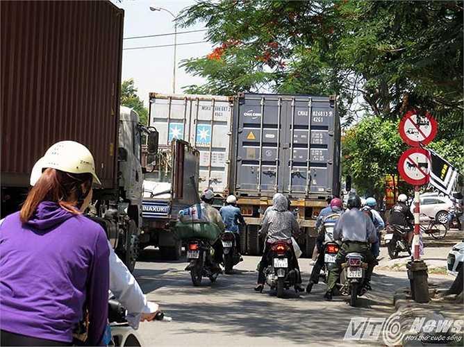 Khiến cho đoạn đường này ken kẹt, xe container đi cả sang làn đường dành cho xe mô tô, khiến người dân phải đi lên vỉa hè.