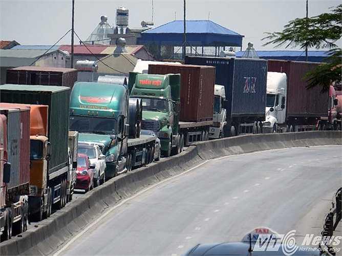 Hàng trăm xe tải, xe container, xe con phải nối đuôi nhau bò từng mét trong thời tiết nắng như đổ lửa.