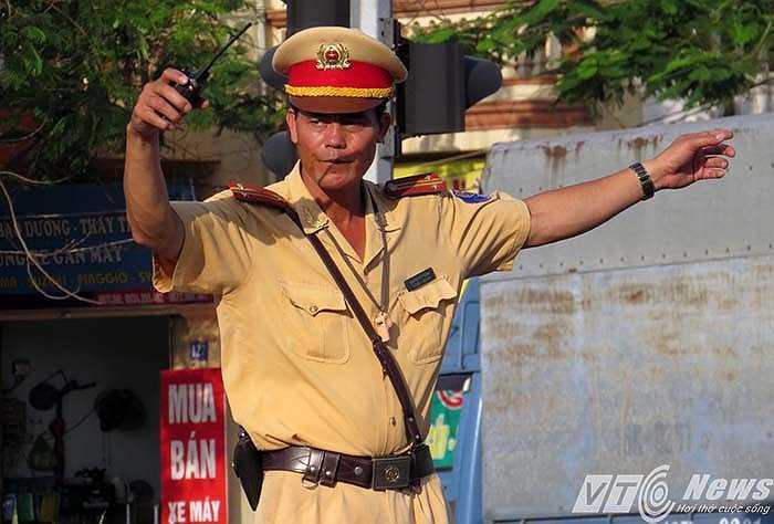 Tại ngã tư Phúc Tăng, Trung tá Cao Quyết Thắng cũng đang 'chịu trận' dưới cái nắng gần 40 độ cùng với đồng đội để điều tiết giao thông.