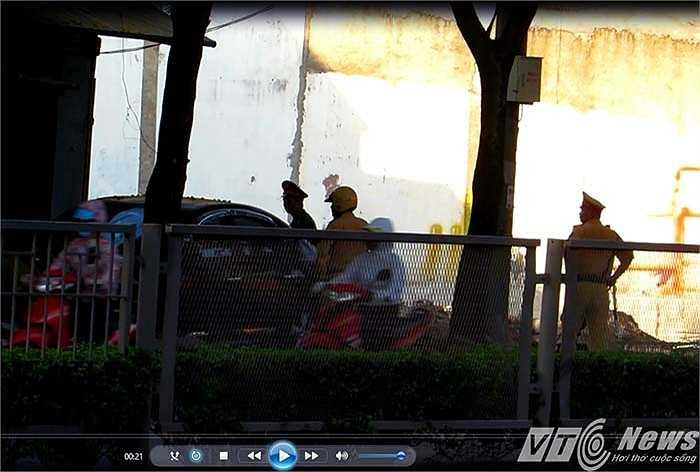 Tuy nhiên, gần đó vài trăm mét (đoạn gần chợ Hàng), dưới bóng cây râm mát, một chốt CSGT, Trật tự thuộc Công an quận Lê Chân đang 'tuýt còi' người tham gia giao thông phạm lỗi, phổ biến là người điều khiển xe mô tô lấn vạch vàng.