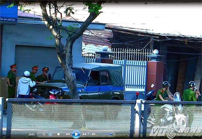 Chốt tiếp theo cách chốt của đội CSGT, trật tự quận Lê Chân khoảng 700m là đội Cảnh sát trật tự 113 - Công an TP Hải Phòng cũng đang làm nhiệm vụ tương tự như đội CSGT, trật tự của Công an quận Lê Chân.
