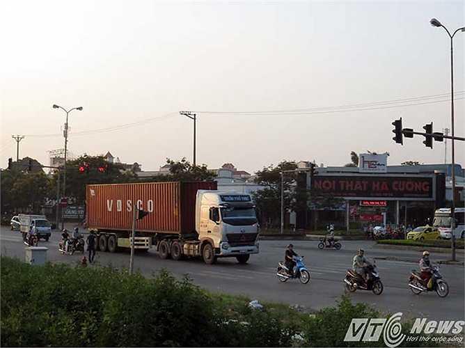Tại khu vực ngã ba Cầu Niệm rẽ vào đường Trần Nguyên Hãn (quận Lê Chân, Hải Phòng), cũng là một trong những điểm nóng về giao thông,nhưng vào giờ cao điều chiều 28/5, cũng không thấy có lực lượng CSGT, Trật tự của quận tham gia điều tiết, hướng dẫn giao thông.