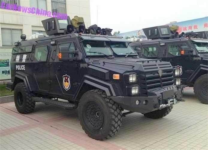 Chiếc xe Armored Police Carrier (APC), được giới thiệu là sản phẩm do Trung Quốc tự chế tạo với nhiều hỗ trợ về thiết kế và công nghệ của nước ngoài như LB Nga và cả Mỹ.