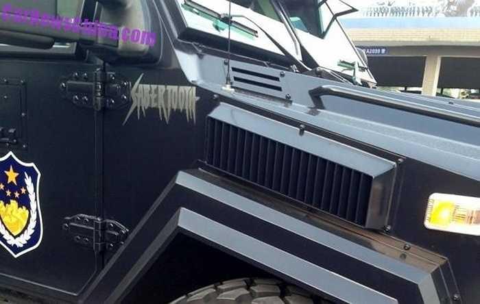 Hãng chế tạo xe là Tổng công ty Thiết bị phương tiện Huakai, có trụ sở ở Quảng Châu. Hãng cũng cho biết đã thay đổi nhiều so với thiết kế gốc để chiếc xe phù hợp hơn với lực lượng cảnh sát Trung Quốc.