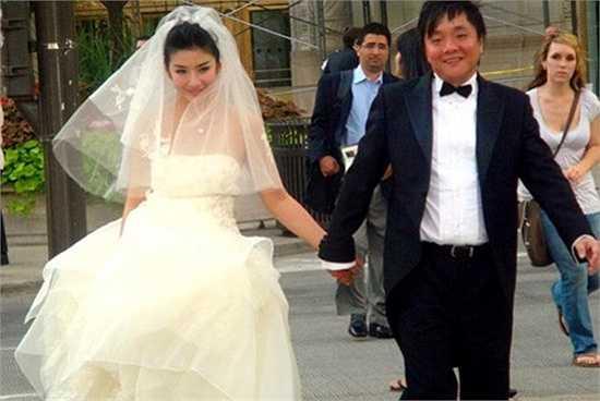 Chuyện đời tư của 'Tiểu Yến Tử' Huỳnh Dịch khá ồn ào, hao tốn nhiều 'giấy mực' của báo giới. Tháng 8/2009, người đẹp bí mật kết hôn với đại gia Khương Khải chỉ sau 41 ngày quen biết. Mãi năm 2010, công chúng mới biết đến cuộc hôn nhân của người đẹp sau khi tấm ảnh cưới của cô bị rò rỉ trên mạng. Tuy nhiên rất nhanh sau đó, cặp vợ chồng này 'đường ai nấy đi'.