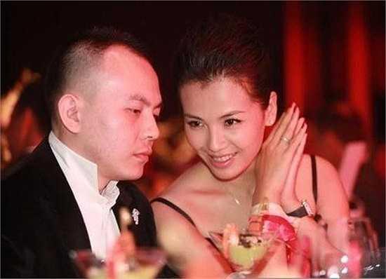 Lưu Đào: Lưu Đào - nàng công chúa Mộ Sa trong Hoàn Châu Cách Cách 3 bất ngờ 'theo chồng bỏ cuộc chơi' vào đầu năm 2008. Cô kết hôn với doanh nhân giàu có Vương Kha và sinh liền hai con trong hai năm 2008 và 2009. Các fan lúc đó đã rất mừng cho Lưu Đào khi có tổ ấm hạnh phúc trọn vẹn.