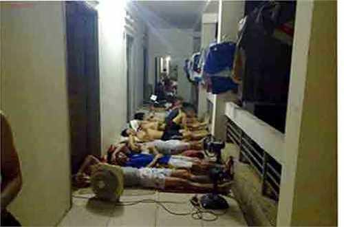 Cả dãy trọ sinh viên ngủ ở ngay hành lang.