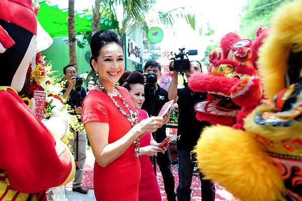 Góp mặt tại sự kiện, Diễm My diện chiếc váy bó sát cơ thể màu đỏ và xách túi xách hàng hiệu