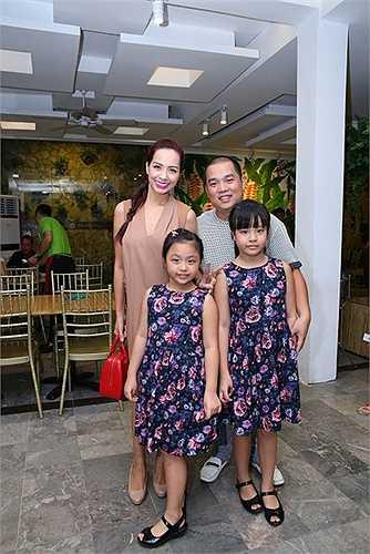 Góp mặt trong sự kiện trưa nay còn có vợ chồng người mẫu Thúy Hạnh và nhạc sỹ Minh Khang.