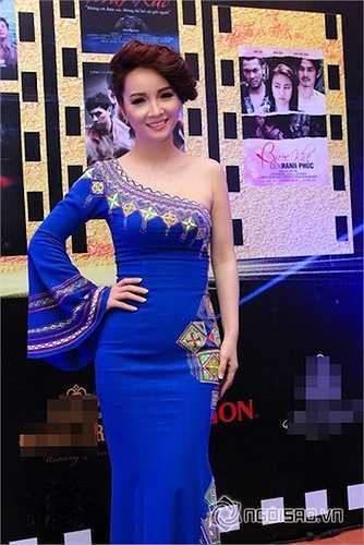 Trong lễ trao giải Cánh diều vàng 2014, cô diện trang phục 'không thể sến hơn'